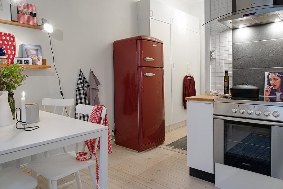Квартира в Швеции. Кухня. Красный холодильник