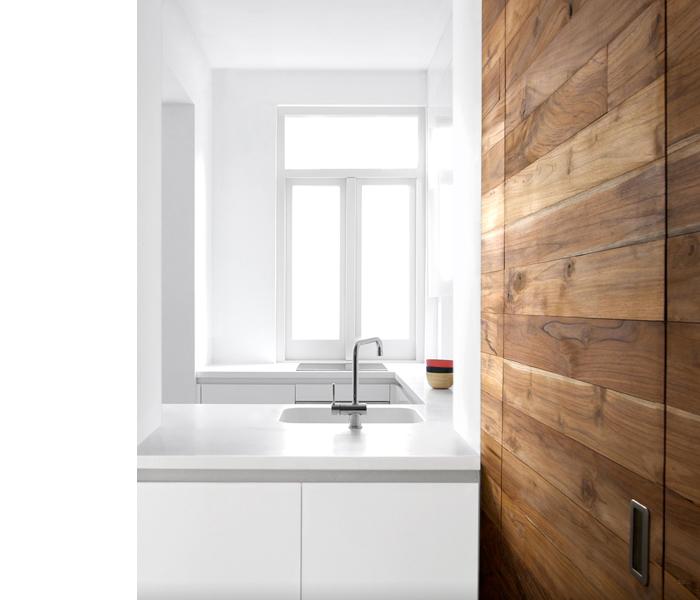 Деревянная поверхность на белой кухне
