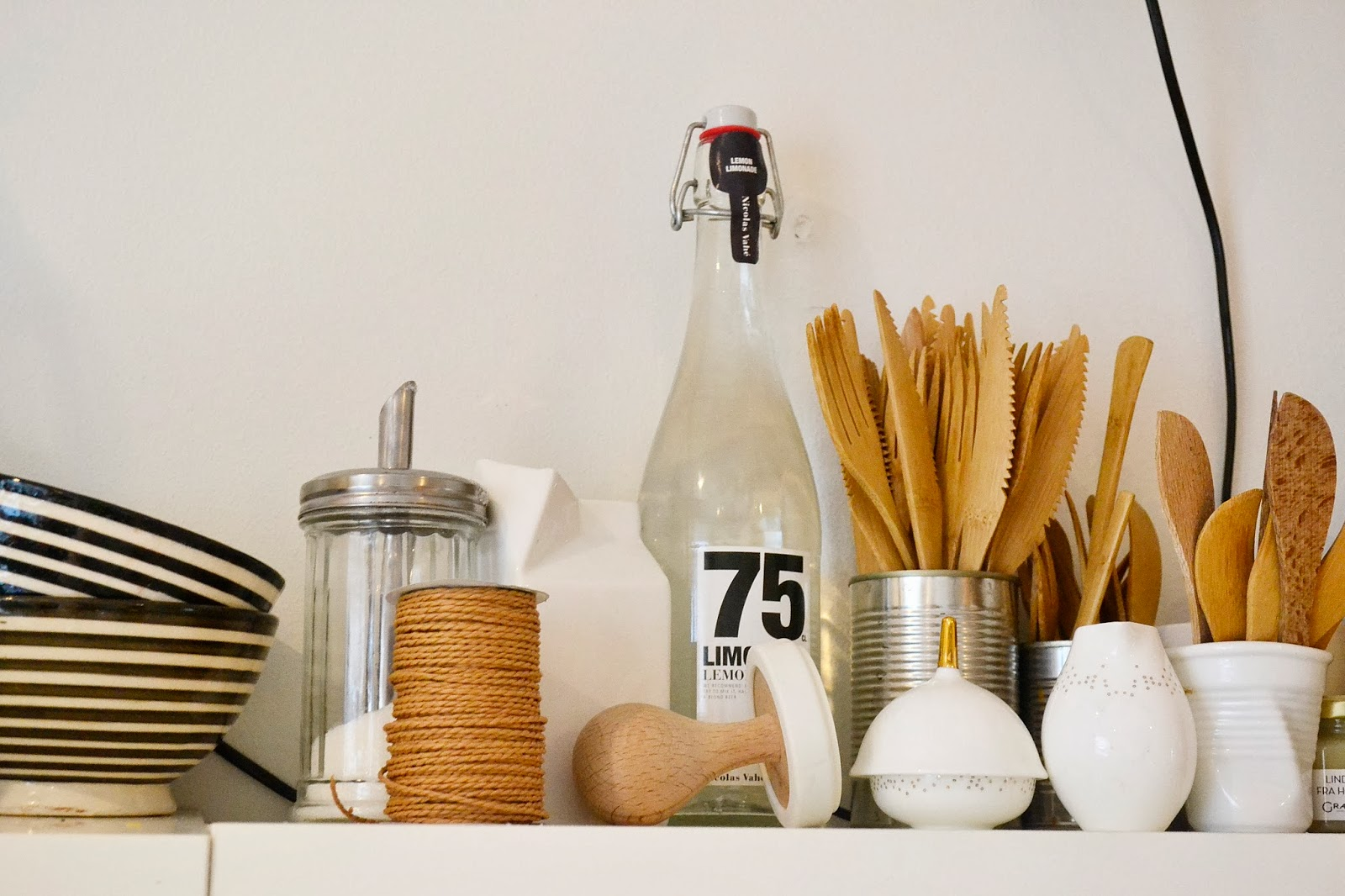 деревянный декор на белой кухне