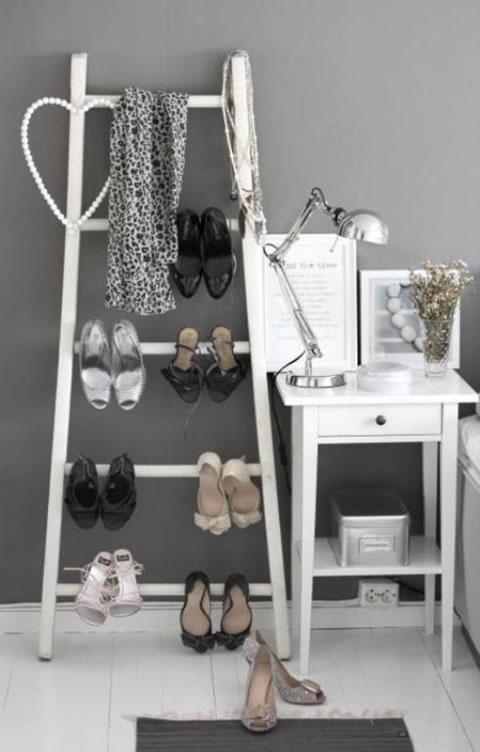 Лестница-стеллаж в спальне