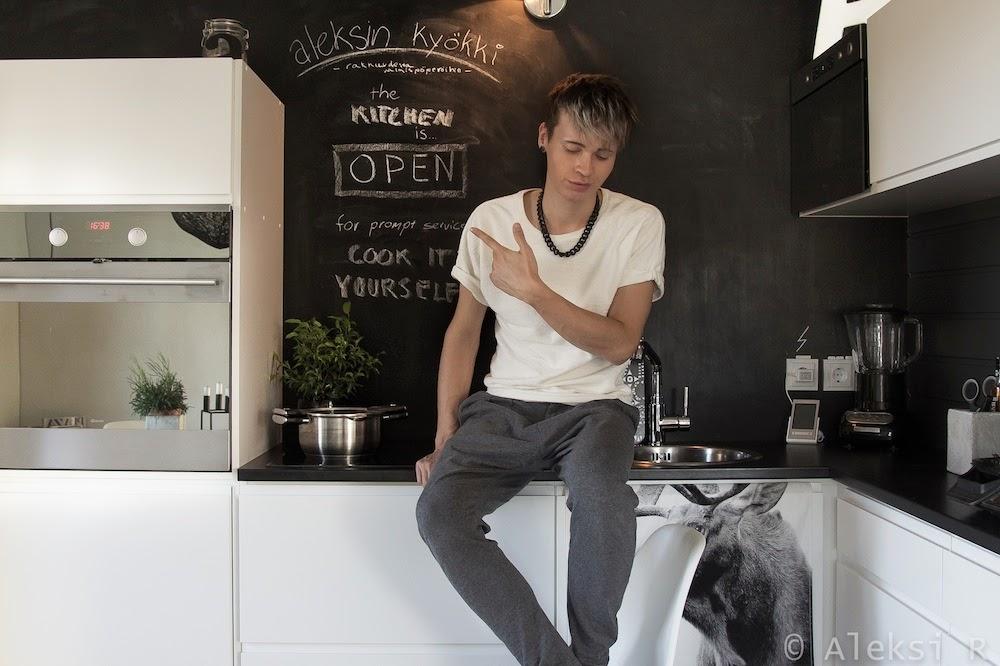Студия в Финляндии. Aleksi scandinavian style. Кухня, столовая группа, доска